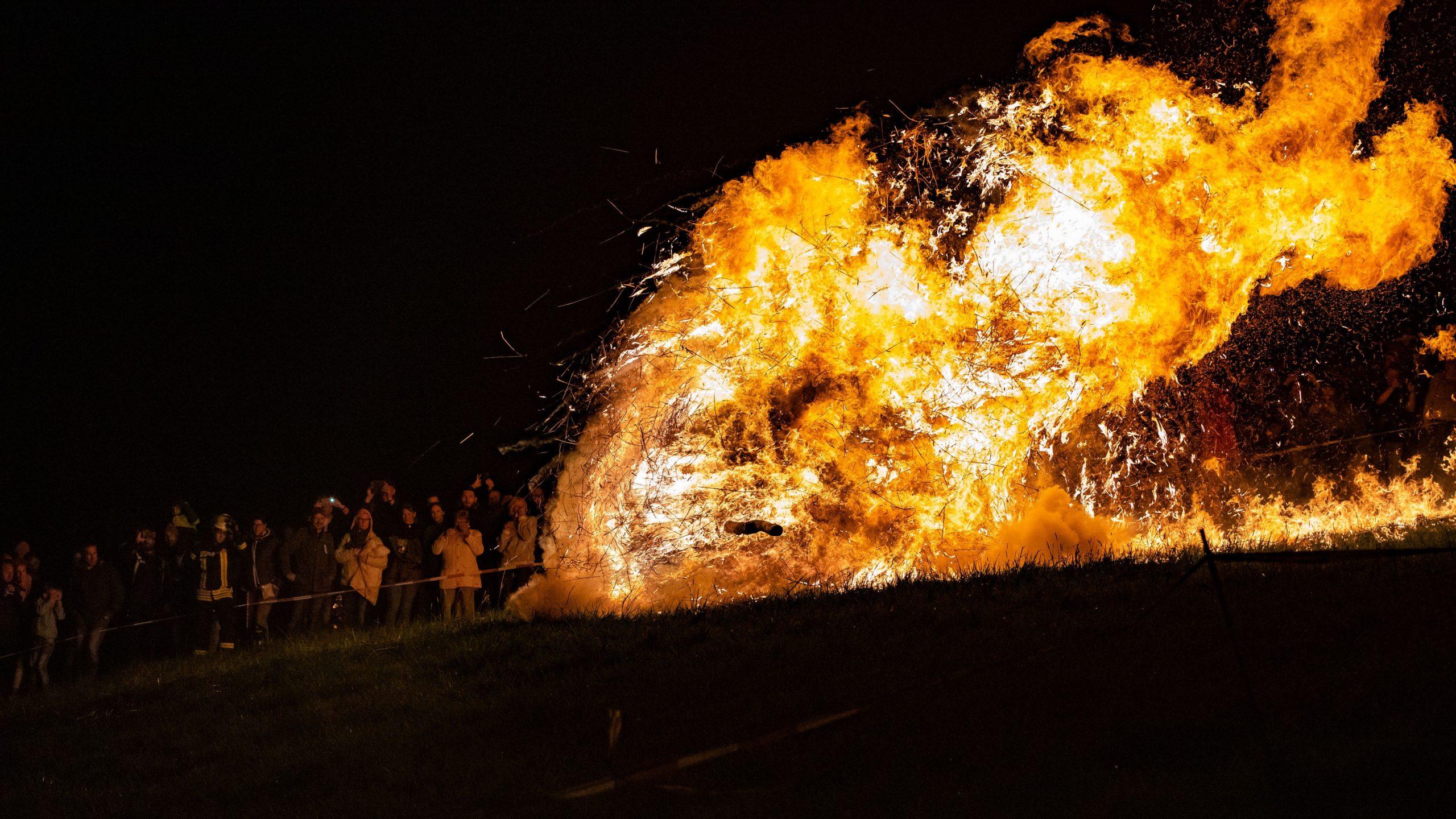Bestes Foto des brennenden Osterrads in Lügde