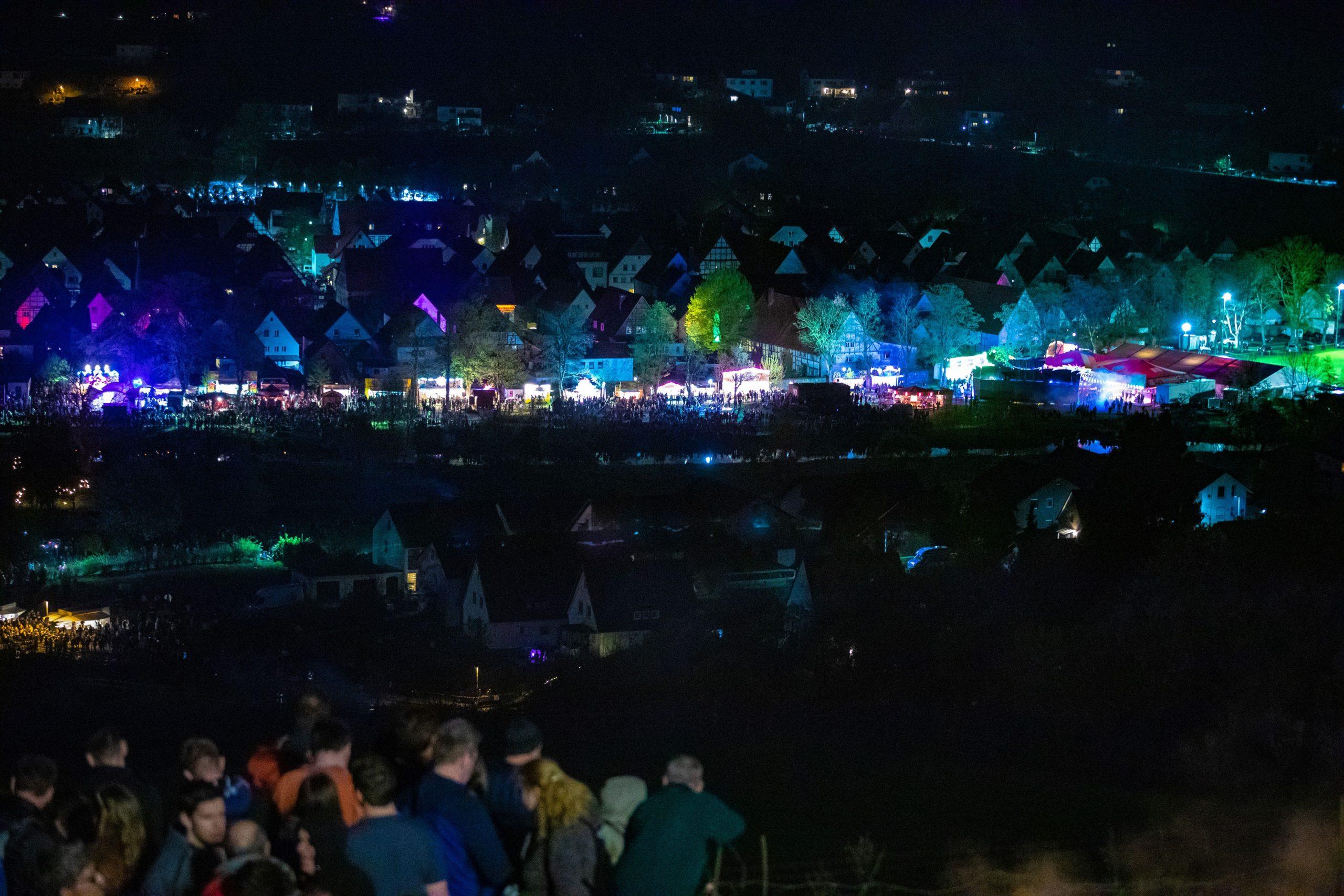 hell erleuchteter Auenpark in Lügde beim Osterräderlauf
